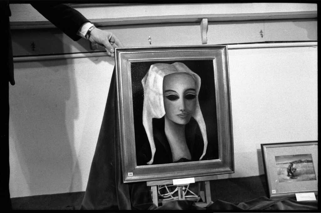 1975 la jeune femme au bonnet hollandais 8F galerie Demenge Bernard Faille Site Mémoire Vive